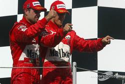 Podio: Rubens Barrichello y Michael Schumacher celebrar