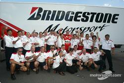 Los miembros del equipo Bridgestone celebran el Campeonato de constructores Ferrari 2004