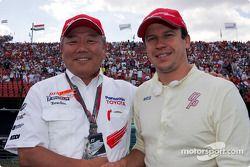 Olivier Panis ve PanasonicVP Kazuo Toda gridde