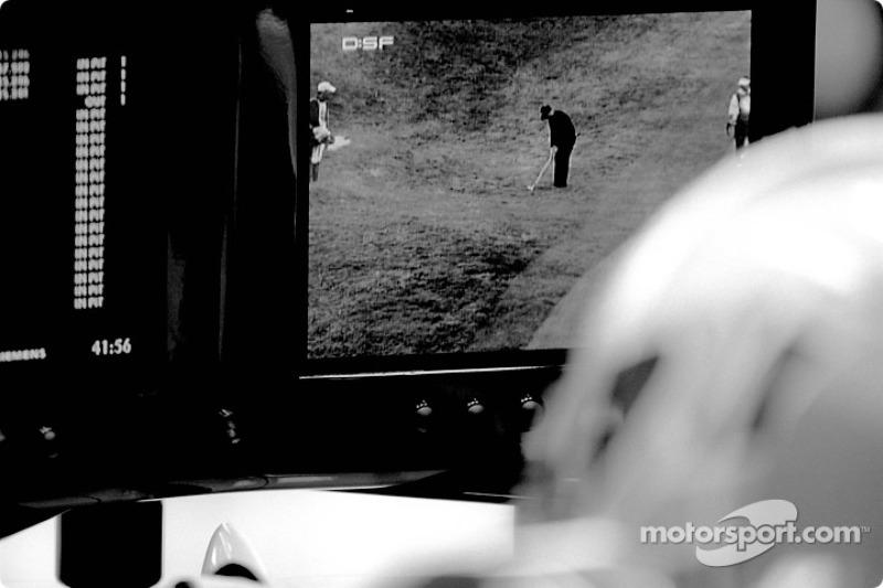 Jenson Button observa un Torneo de golf