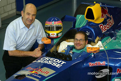 Moulage du baquet de Jacques Villeneuve à l'usine Sauber à Hinwil : Peter Sauber et Jacques Villeneuve