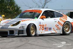 La Porsche 911 GT3 RS n°78 J-3 Racing : Manuel Matos, Randy Wars, Rick Skelton part en tête-à-queue devant la Corvette C5-R n°3 Corvette Racing : Ron Fellows, Johnny O'Connell, Max Papis