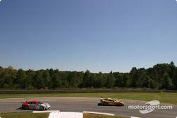 La Corvette C5-R n°3 Corvette Racing : Ron Fellows, Johnny O'Connell, Max Papis, et la Porsche 911 G