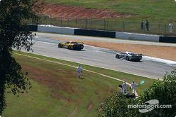 La Corvette C5-R n°3 Corvette Racing : Ron Fellows, Johnny O'Connell, Max Papis, et la Saleen S7-R n