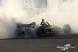 Le vainqueur et champion ChampCar World Series 2004 Sébastien Bourdais fête sa victoire en fumant les pneus