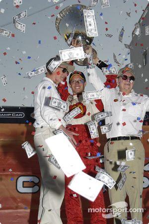 Le vainqueur et champion ChampCar World Series 2004 Sébastien Bourdais fête sa victoire et son titre avec Carl Haas et Paul Newman
