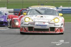 La Porsche 911 GT3 RSR n°81 Farnbacher Racing : Thorkild Thyrring, Lars-Erik Nielsen, Patrick Long