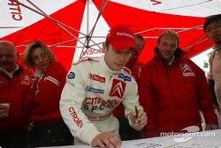 Sébastien Loeb firma una postal a Carlos Sainz