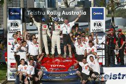 Podium : les vainqueurs du rallye Sébastien Loeb et Daniel Elena fêtent la victoire avec leur équipe