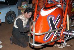 Don Grable aide à réparer la voiture de son équipier John Carney, Jr.