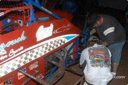 Des réparations sur la voiture de Leighton Crouch