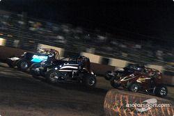 Le pilote de Sprint Car de Hawaii Jimmy Pontin et Brandon Ternora mènent au départ