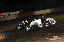 Le pilote de Sprint Car de Hawaii Jimmy Pontin ralentit et Charles Davis, Jr. Prend la tête