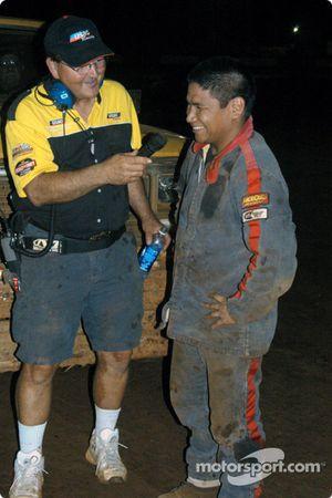 Hal Burns de l'USAC et le pilote de Sprint Car de Hawaii Brandon Ternora