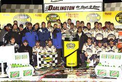Victory lane : le vainqueur Jimmie Johnson fête sa victoire avec son équipe