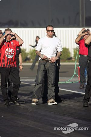 Jesse James et the Mac Tools crew watch Scott Kalitta's run