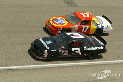 Une scène de course avec Dale Earnhardt et Darrell Waltrip
