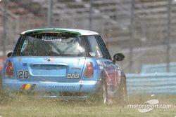 La Mini Cooper S (Tony Nuzzo, Steve Pattee) hors piste