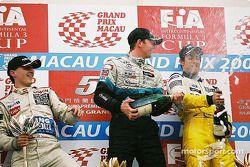 Podium: champagne for Alexandre Premat, Robert Kubica and Lucas di Grassi