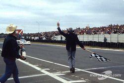 #1 Rothmans Porsche Porsche 962C: Hans-Joachim Stuck, Derek Bell, Al Holbert bajo la bandera a cuadros