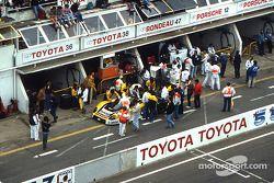 Boxenstopp: #38 Dome, Dome 86C Toyota: Beppe Gabbiani, Eje Elgh, Toshio Suzuki