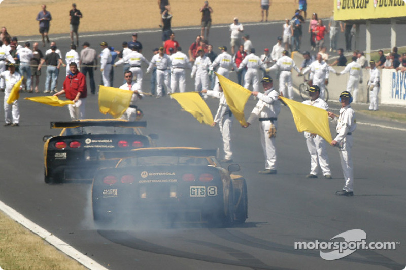 2004: #63 Corvette Racing Corvette C5-R: Ron Fellows, Johnny O'Connell, Max Papis smokes the tires