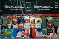 Fredrik Johnsson y Michèle Mouton con los 16 pilotos de la carrera de campeones de 2004