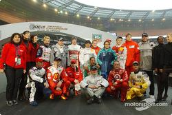 Sesión de fotos con los 16 pilotos de la carrera de campeones de 2004