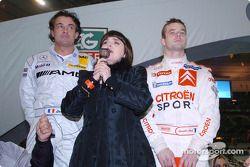 Jean Alesi y Sébastien Loeb, del Team France 1, ganadores de la Copa de Naciones 2004, con la cantante francesa Mire