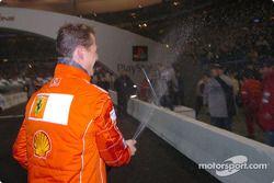 El ganador del World Champions Challenge 2004, Michael Schumacher, rocía champán.