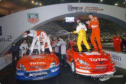 Heikki Kovalainen y Marcus Gronholm rocían champán en Jean Alesi y Sébastien Loeb
