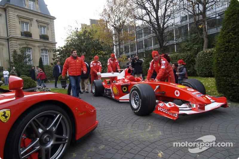Parade on Champs-Elysées: Ferrari crew members prepare the Ferrari F2004 F1