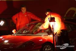 Miembros de la tripulación preparan los coches Ferrari 360 Modena Challenge