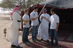 Antonio Pizzonia, Mark Webber ve Nick Heidfeld have tea ve Arabian tent