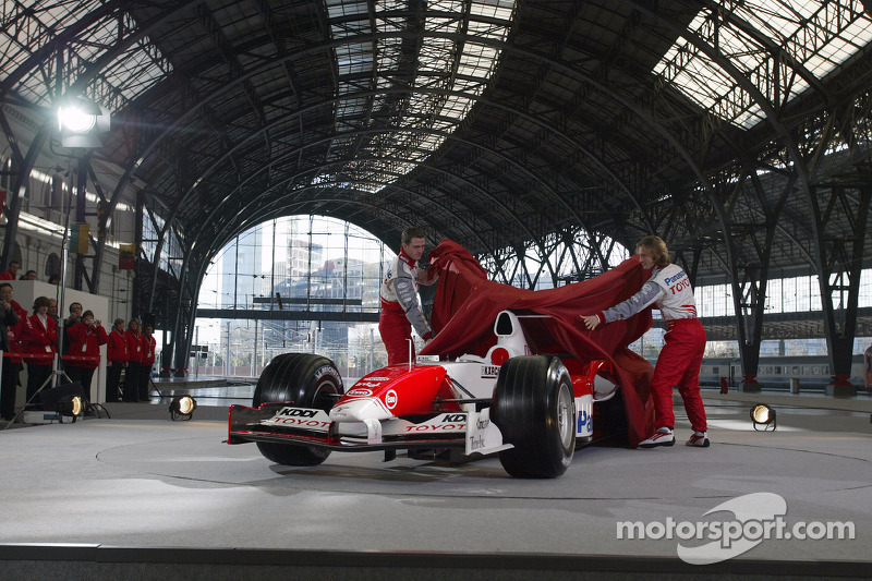 Ralf Schumacher ve Jarno Trulli unveil Toyota TF105