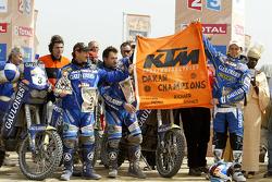 Podio: ganador Cyril Despres con Alfie Cox y Jean Brucy rinde homenaje a Fabrizio Meoni y Richard Sa