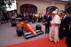 Papst Johannes Paul II zu Besuch bei Ferrari 1988