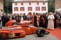 Papst Johannes Paul II zu Besuch bei Ferrari 1988: Gerhard Berger, Michele Alboreto