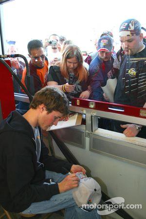 Kasey Kahne signe des autographes