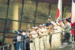 Победители гонки Дерек Уорвик, Янник Дальма и Марк Бланделл празднуют на подиуме