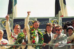 Podio: ganadores de la carrera Christophe Bouchut, Geoff Brabham, Eric Helary, Peugeot 905C celebran