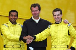 Narain Karthikeyan, Trevor Carlin Sporting Director Midland F1 and Tiago Monteiro