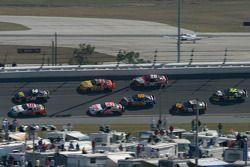J.J. Yeley devant un groupe de voitures