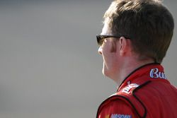 Dale Earnhardt Jr. observe les qualifications