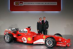 Rubens Barrichello ve Michael Schumacher ve yeni Ferrrari F2005