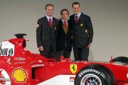 Rubens Barrichello und Michael Schumacher mit dem neuen Ferrrari F2005