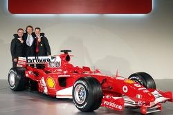 Rubens Barrichello, Luca di Montezemelo ve Michael Schumacher ve yeni Ferrrari F2005