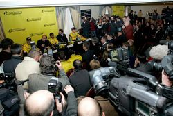 Massive media interest, basın toplantısı: Tiago Monteiro, Colin Kolles Midland Jordan Direktörü, Nar