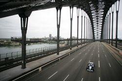 Williams-BMW event in Sydney: Mark Webber met een Williams F1 BMW FW26 over de Sydney Harbour Bridge