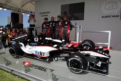 Chanock Nissany, Paul Stoddart, Patrick Friesacher y Christijan Albers con el MInardi PS04B